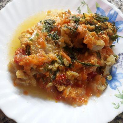 Фото рецепта - Филе минтая, тушеного с овощами в сметане - шаг 6