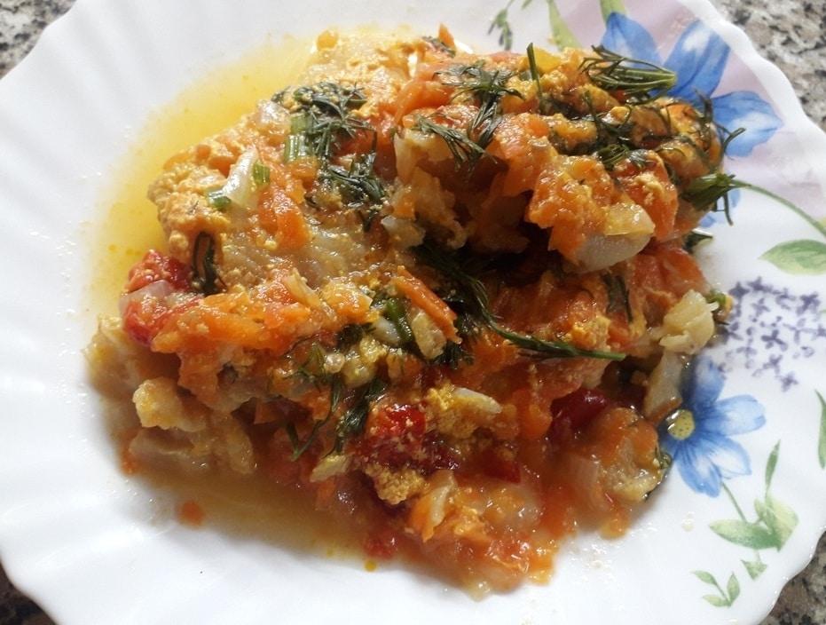 Филе минтая, тушеного с овощами в сметане