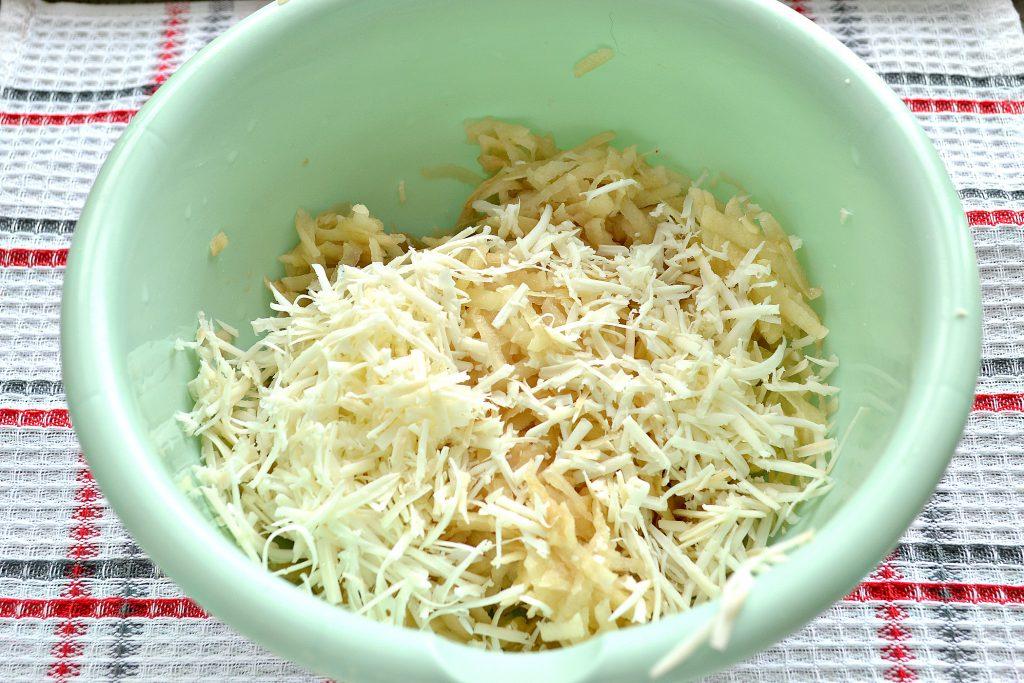 Фото рецепта - Картофельные оладьи с копченым сыром - шаг 1