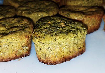 Фото рецепта - Творожные кексы со шпинатом и морковью - шаг 6