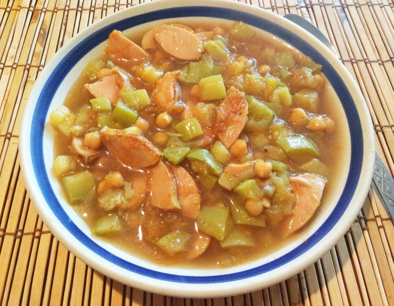 Суп с нутом, кабачками и сардельками