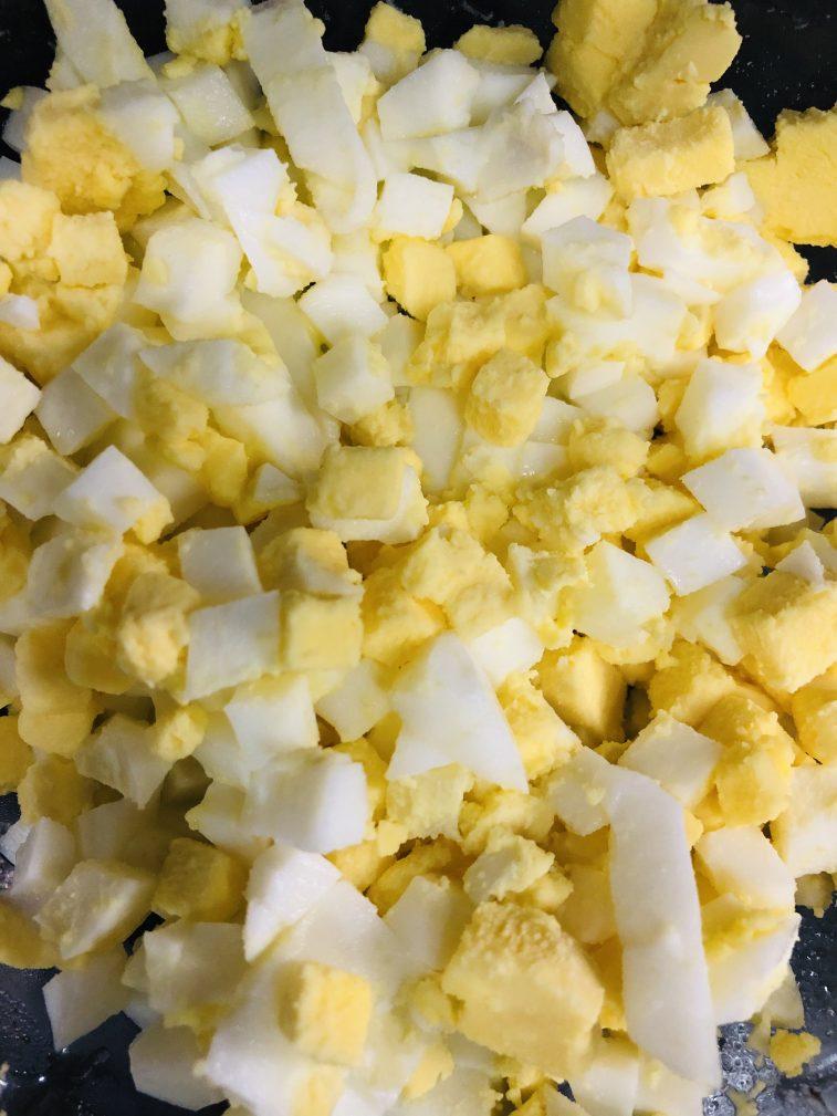 Фото рецепта - Яичный салат из морской капусты с кукурузой - шаг 2