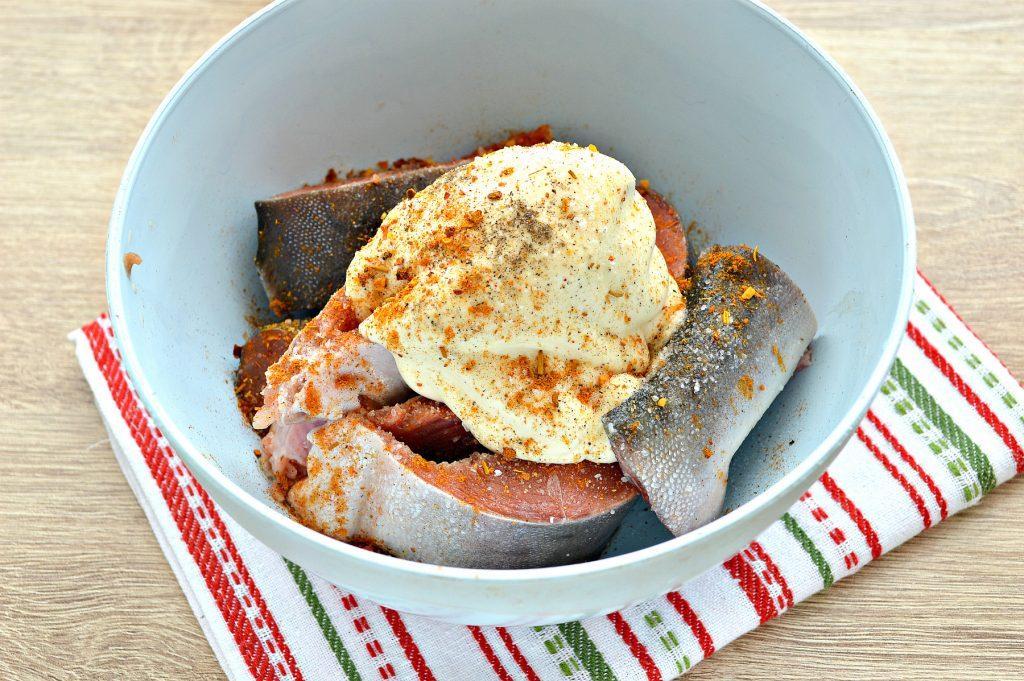 Фото рецепта - Горбуша, запеченная в духовке в майонезе - шаг 2