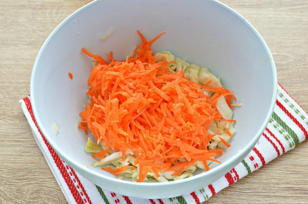 Фото рецепта - Витаминный капустный салат с курагой и грецкими орехами - шаг 2
