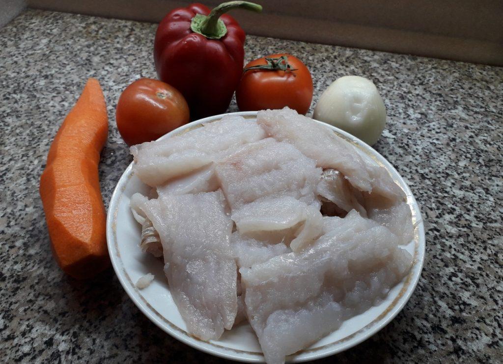 Фото рецепта - Филе минтая, тушеного с овощами в сметане - шаг 1