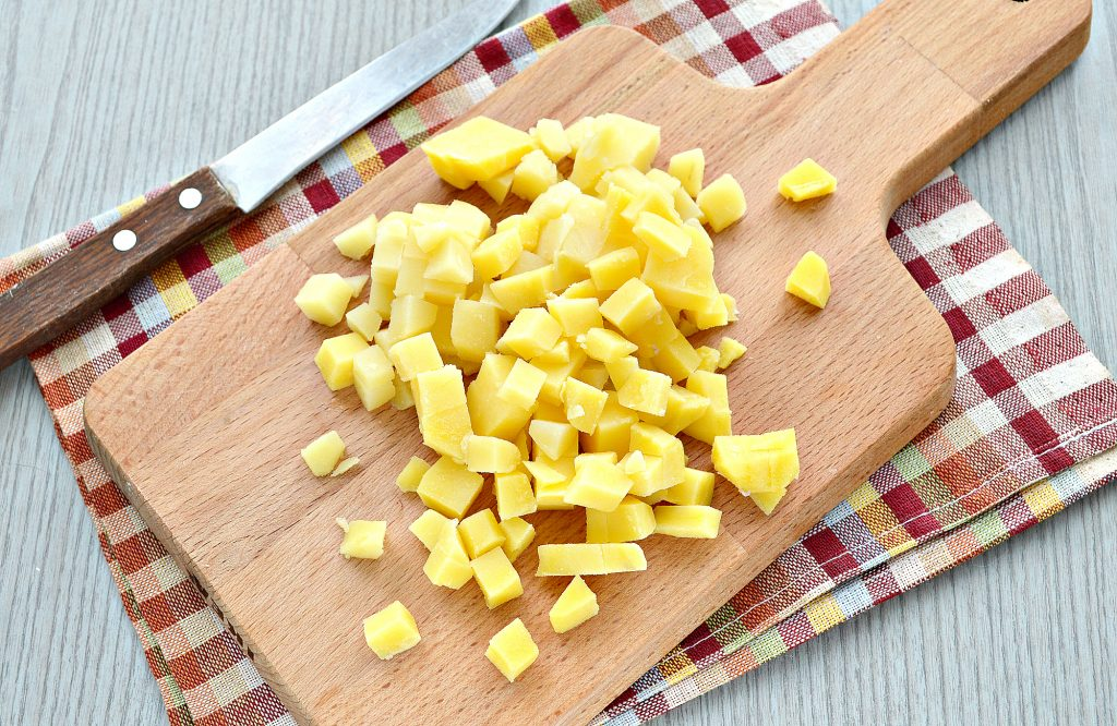 Фото рецепта - Мясной салат с картофелем и солеными огурцами - шаг 2