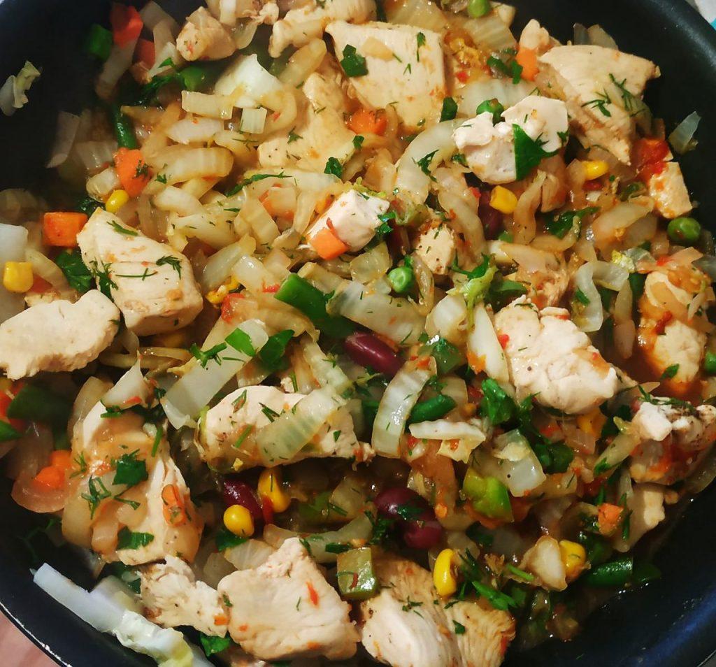 Фото рецепта - Быстрое рагу с овощами и курочкой - шаг 6