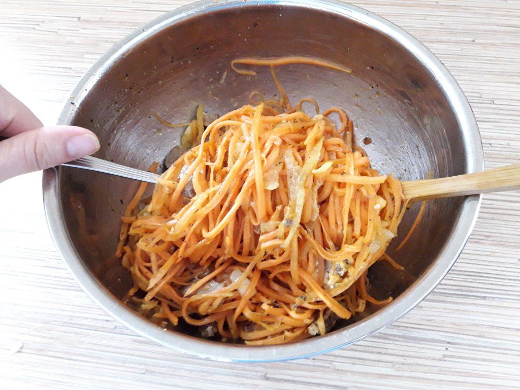 Фото рецепта - Томленая корейская морковь с луком и мясом (теплый салат) - шаг 9