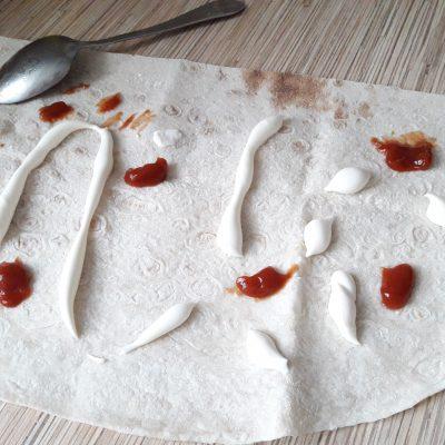 Фото рецепта - Лаваш жареный с колбаской, сыром и огруцами - шаг 1