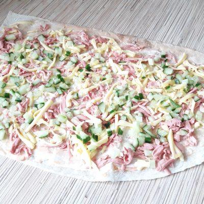 Фото рецепта - Лаваш жареный с колбаской, сыром и огруцами - шаг 4