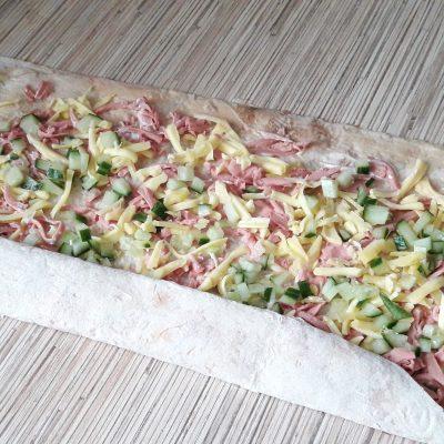 Фото рецепта - Лаваш жареный с колбаской, сыром и огруцами - шаг 5