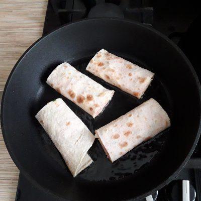 Фото рецепта - Лаваш жареный с колбаской, сыром и огруцами - шаг 7