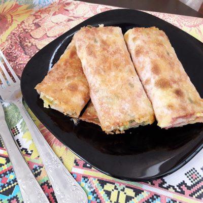 Фото рецепта - Лаваш жареный с колбаской, сыром и огруцами - шаг 8