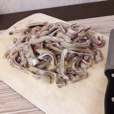 Фото рецепта - Салат из свиных ушек с фунчозой - шаг 7