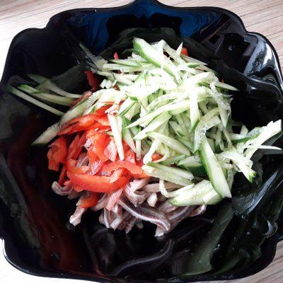 Фото рецепта - Салат из свиных ушек с фунчозой - шаг 8