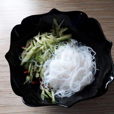 Фото рецепта - Салат из свиных ушек с фунчозой - шаг 9