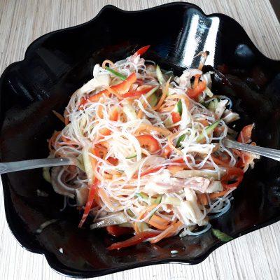Фото рецепта - Салат из свиных ушек с фунчозой - шаг 10