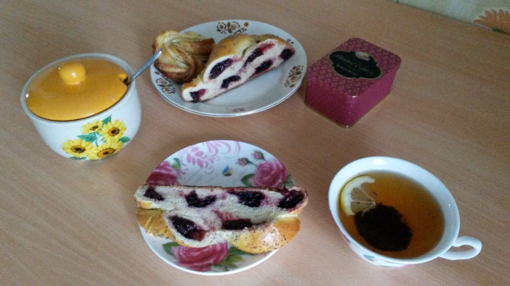 Фото рецепта - Плетенка на дрожжевом тесте с ягодами - шаг 11