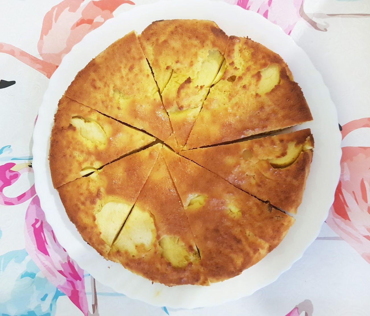 Шарлотка с яблоками – заливной пирог