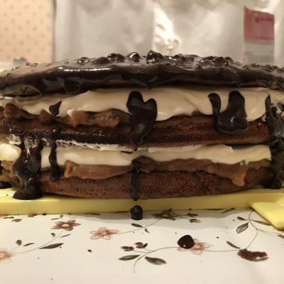 """Шоколадный торт """"Сникерс"""" со сгущенкой и орехами - рецепт с фото"""