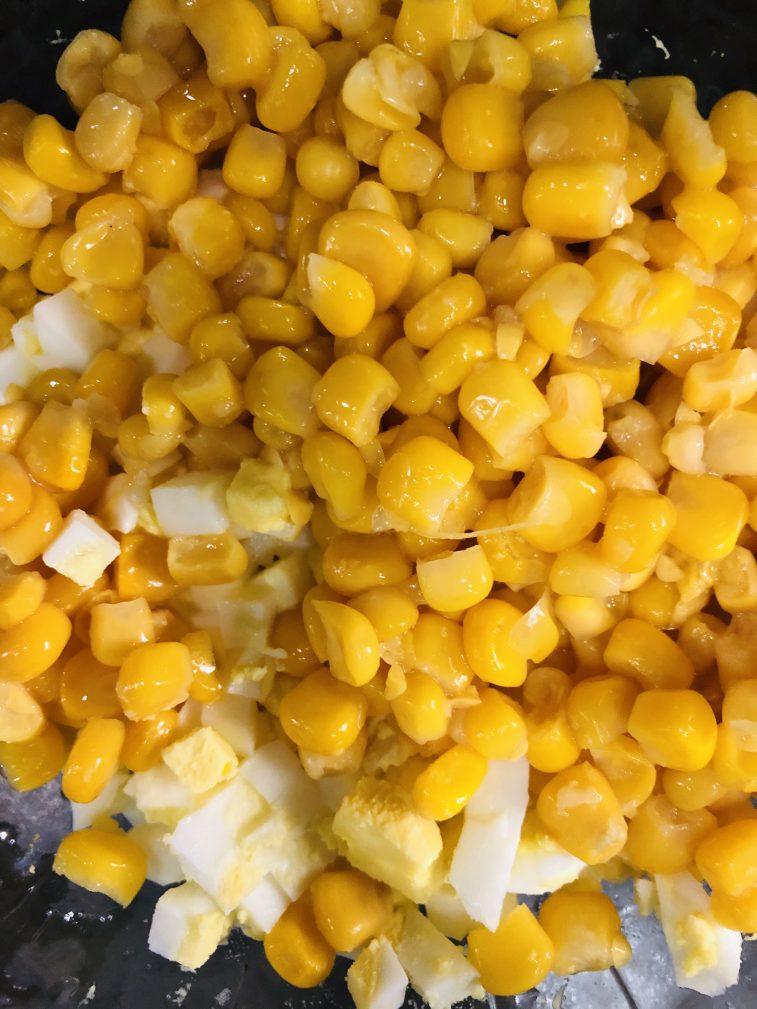 Фото рецепта - Яичный салат из морской капусты с кукурузой - шаг 3