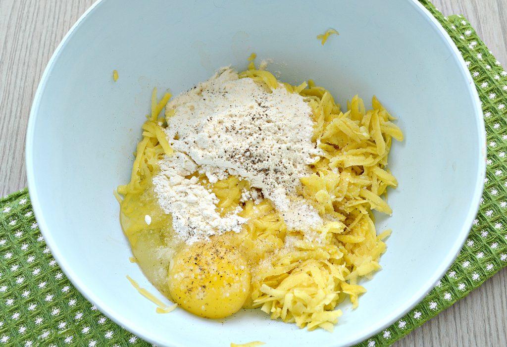 Фото рецепта - Картофельные котлеты с сырной начинкой (драники) - шаг 3