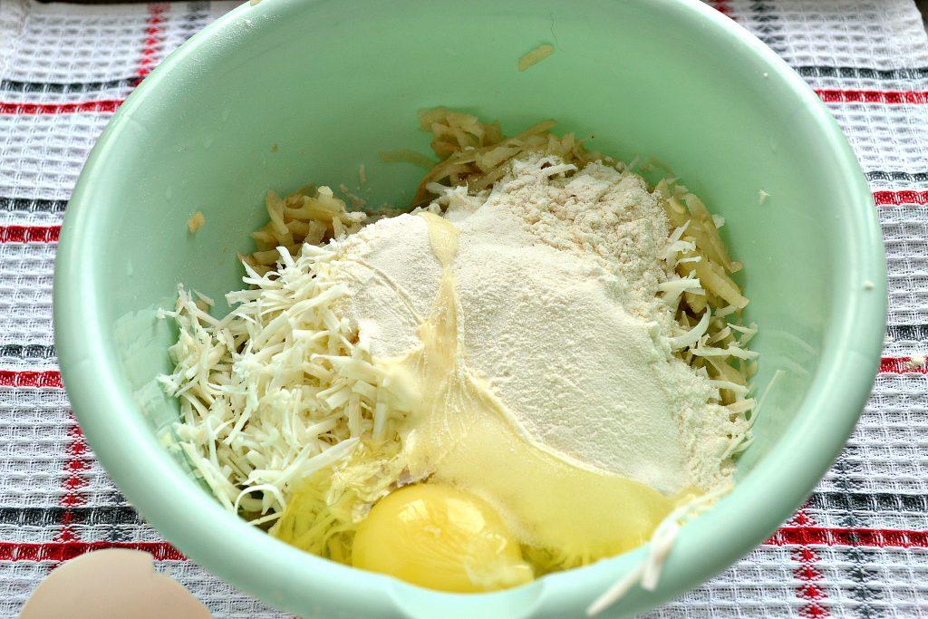 Фото рецепта - Картофельные оладьи с копченым сыром - шаг 3