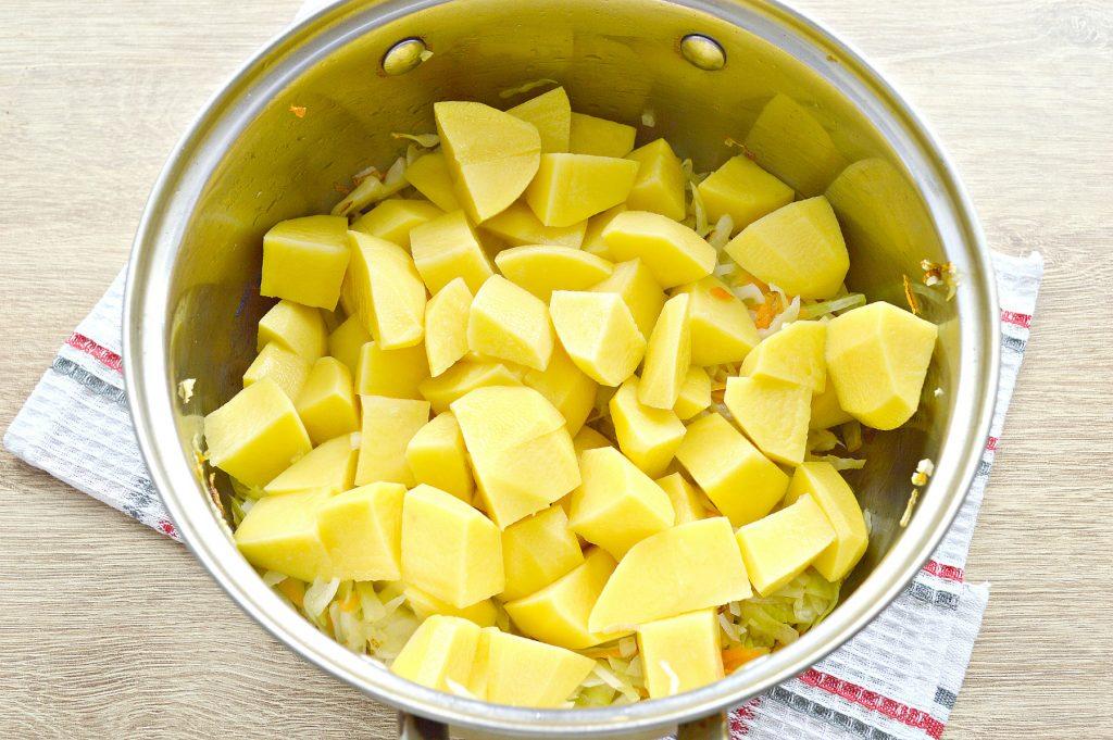 Фото рецепта - Капуста, тушенная с картофелем и горошком в пост - шаг 3
