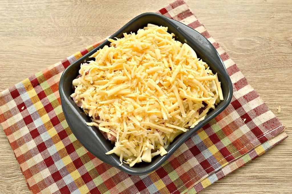 Фото рецепта - Запеканка из макарон с сосисками и сыром в духовке - шаг 4