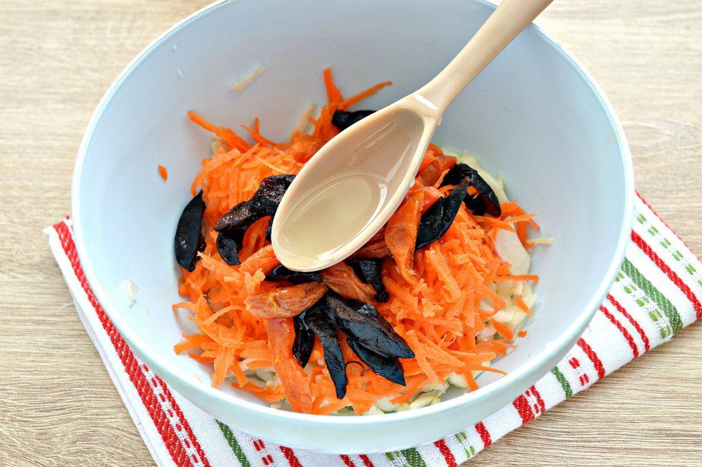 Фото рецепта - Витаминный капустный салат с курагой и грецкими орехами - шаг 4