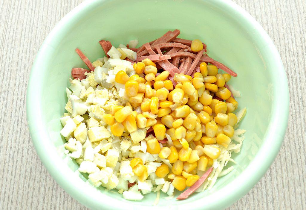 Фото рецепта - Кукурузный салат с копченой колбасой и капустой - шаг 4