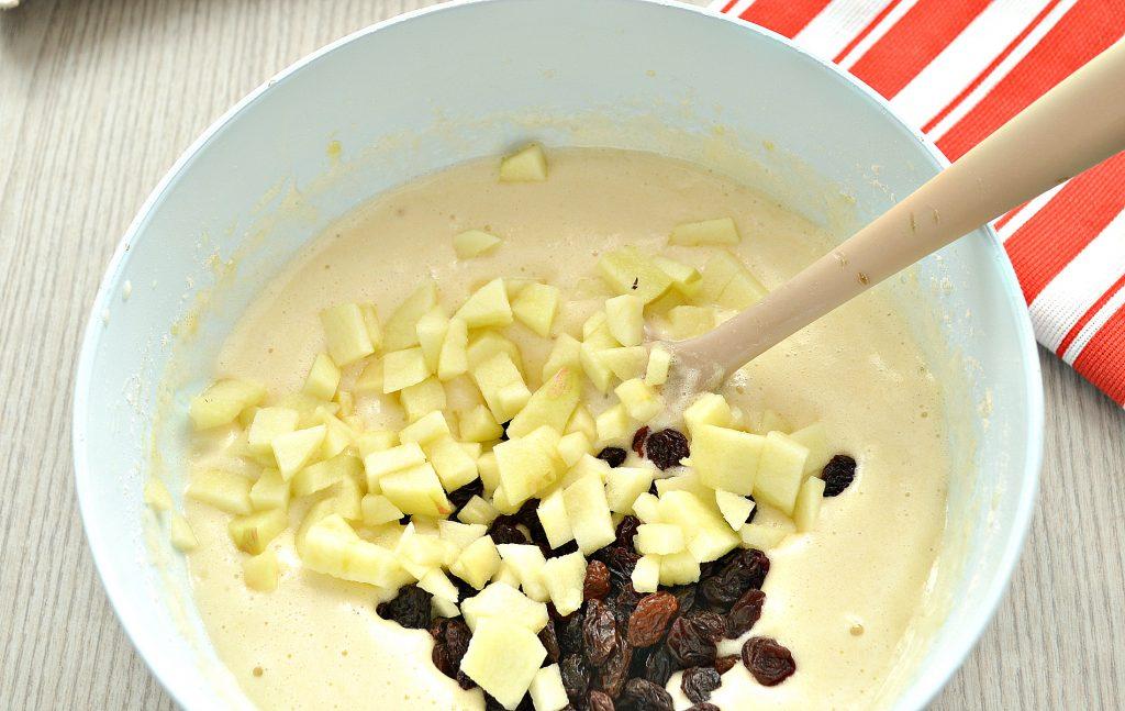 Фото рецепта - Быстрый яблочный пирог с изюмом - шаг 4
