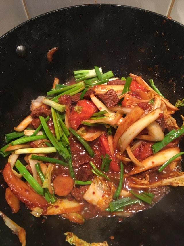 Фото рецепта - Фунчоза с говядиной и овощами в сковородке WOK - шаг 5