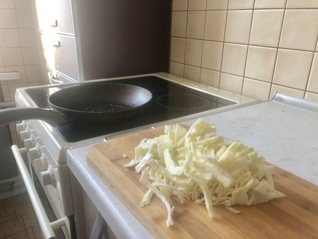 Фото рецепта - Наливной пирог с капустой (на кефире) - шаг 1