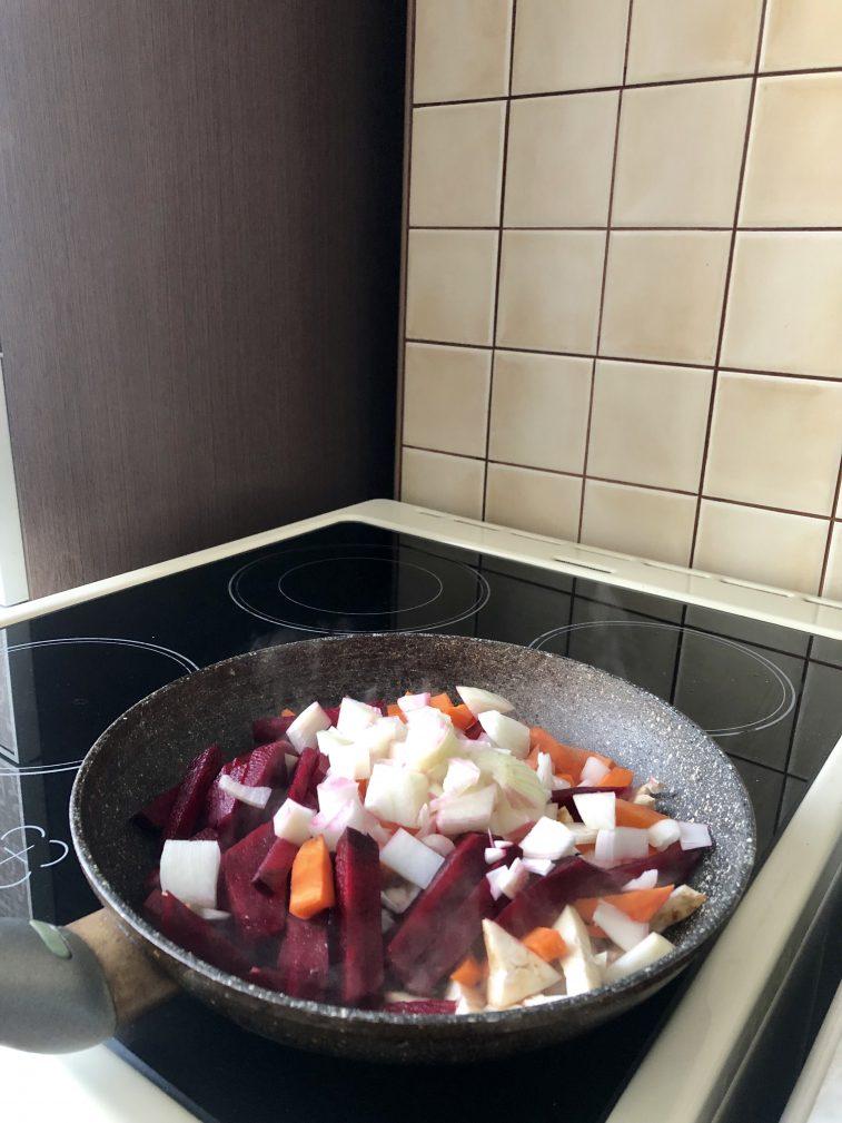 Фото рецепта - Вегетарианский борщ на овощах с сельдереем - шаг 2