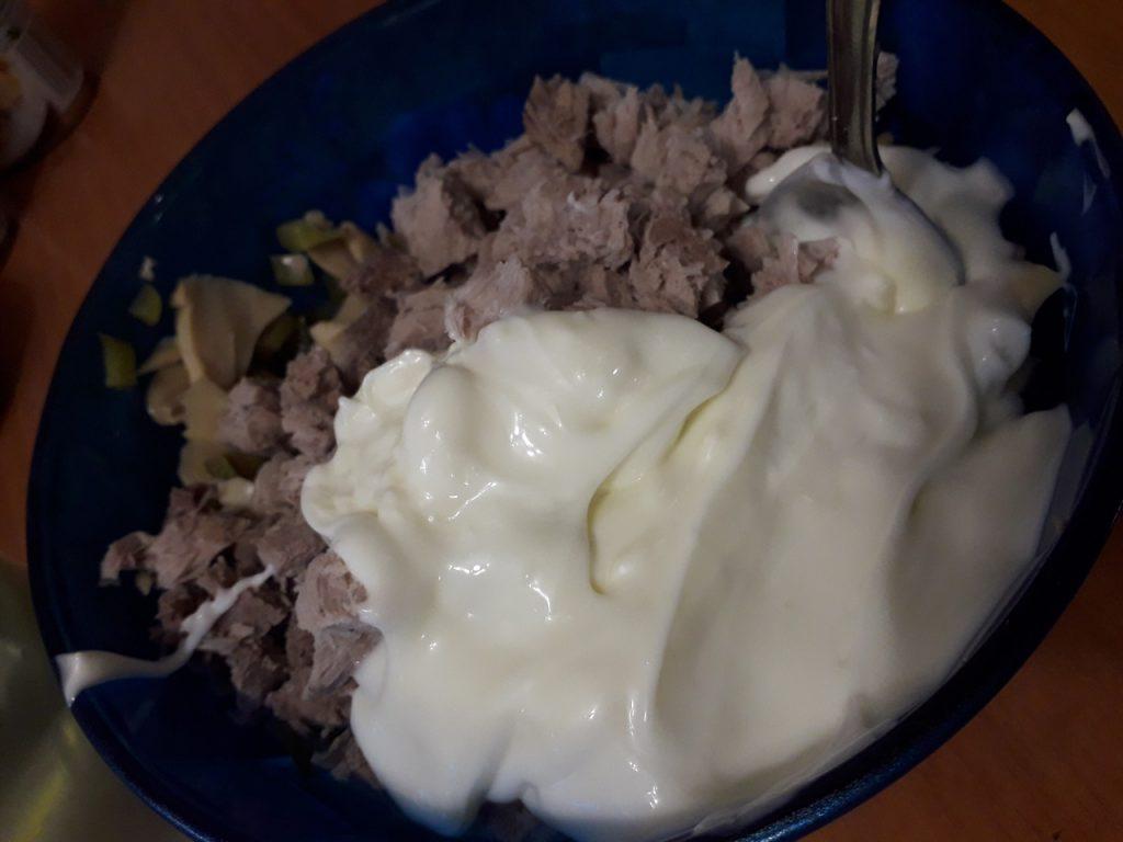 "Фото рецепта - Салат ""Три ингредиента"" – свинина, огурцы, грибы - шаг 4"