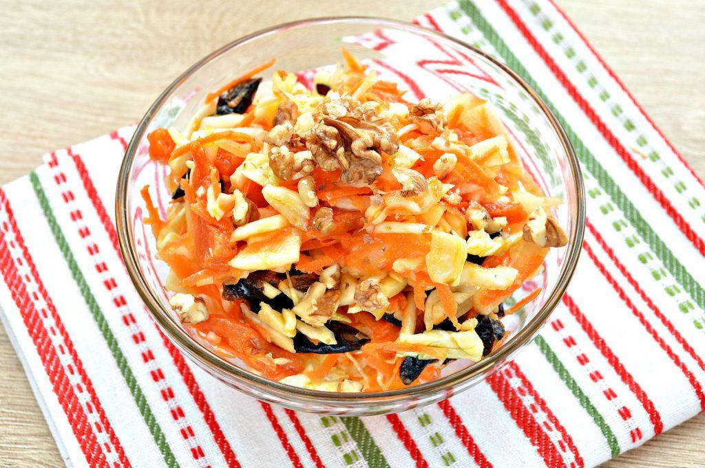 Фото рецепта - Витаминный капустный салат с курагой и грецкими орехами - шаг 5