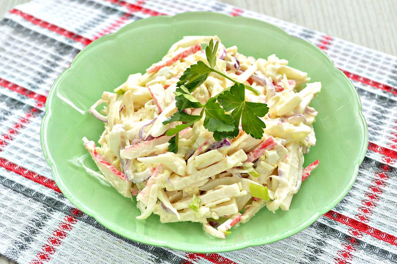 Крабовый салат с яйцом и колбасным сыром