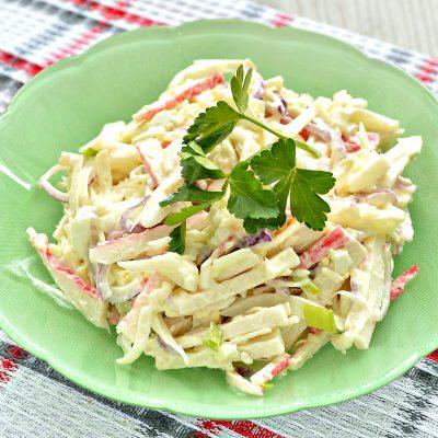 Крабовый салат с яйцом и колбасным сыром - рецепт с фото