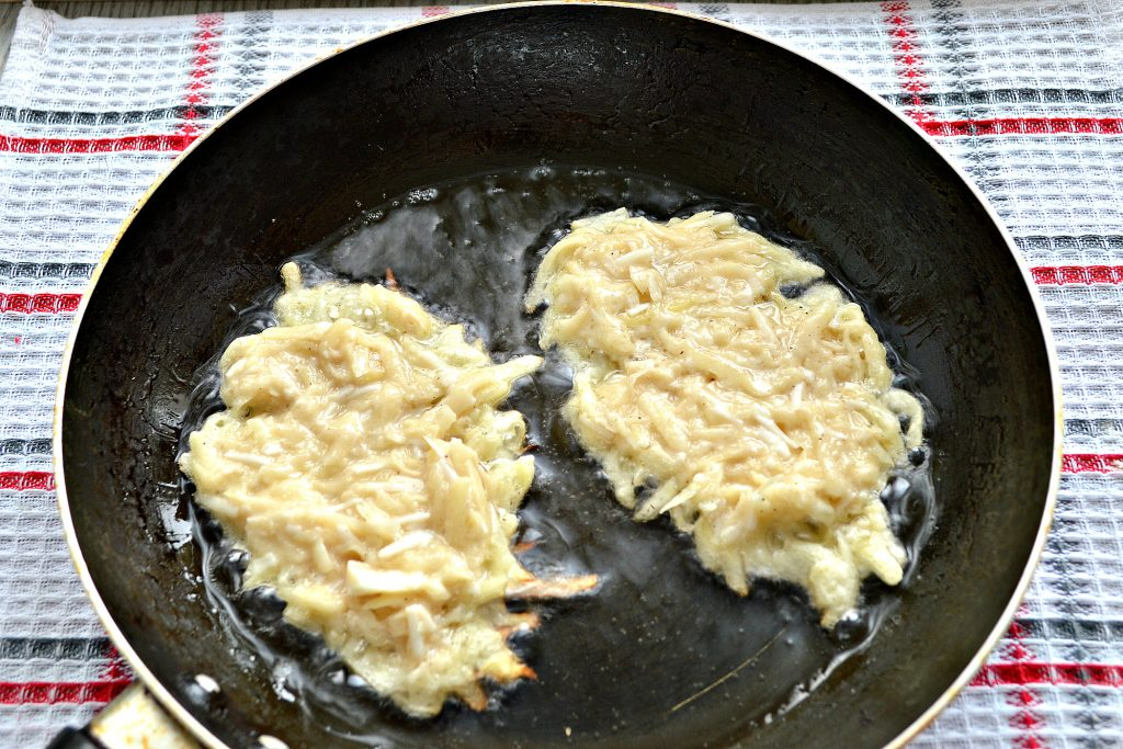 Фото рецепта - Картофельные оладьи с копченым сыром - шаг 5