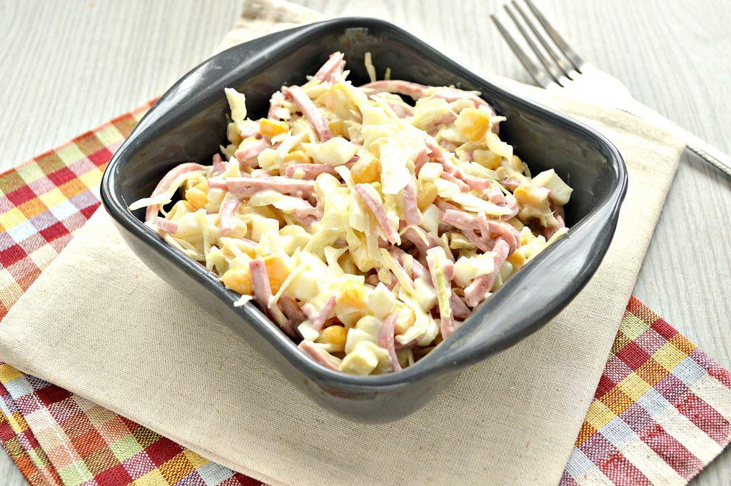 Фото рецепта - Кукурузный салат с копченой колбасой и капустой - шаг 5