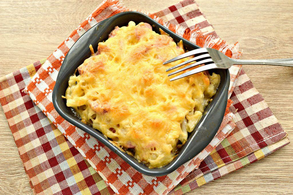 Фото рецепта - Запеканка из макарон с сосисками и сыром в духовке - шаг 6