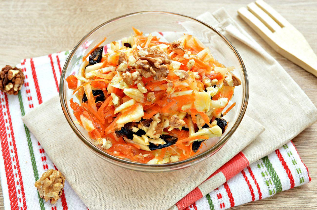 Витаминный капустный салат с курагой и грецкими орехами