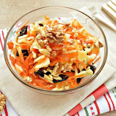 Витаминный капустный салат с курагой и грецкими орехами - рецепт с фото