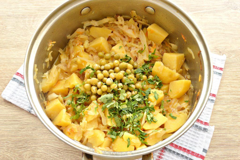 Фото рецепта - Капуста, тушенная с картофелем и горошком в пост - шаг 6