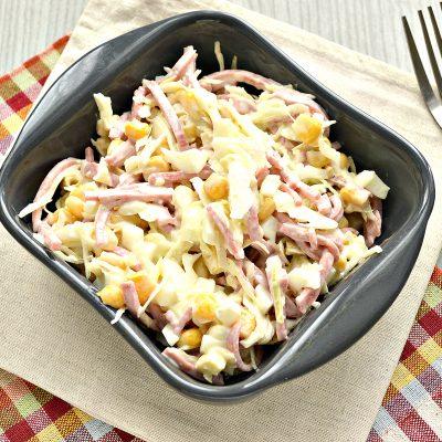 Кукурузный салат с копченой колбасой и капустой - рецепт с фото