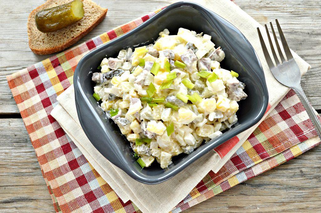 Фото рецепта - Мясной салат с картофелем и солеными огурцами - шаг 6