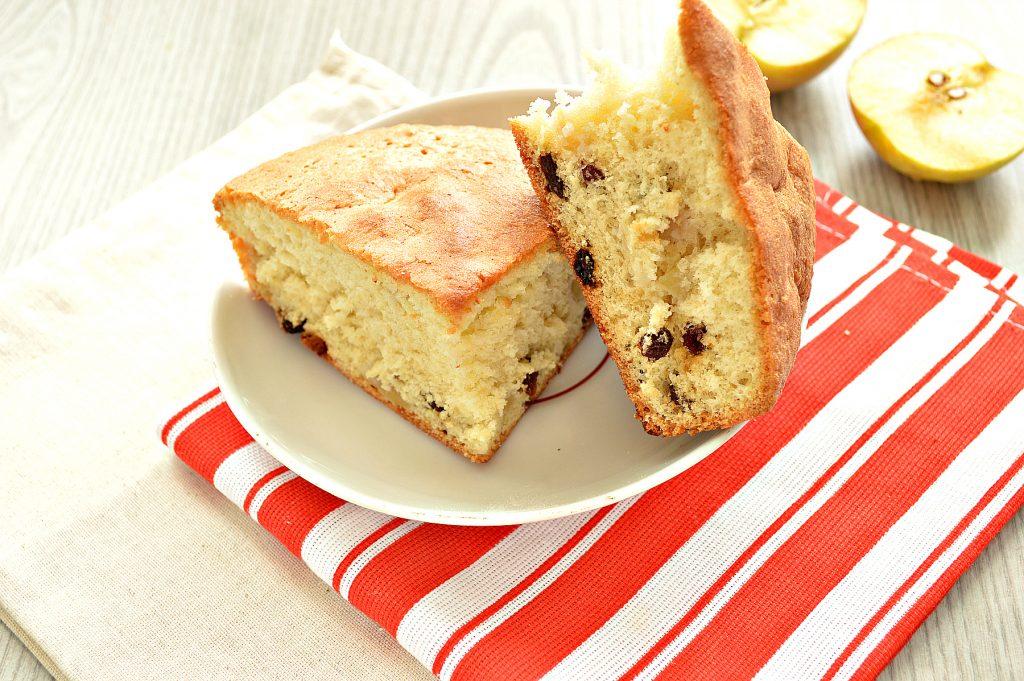 Фото рецепта - Быстрый яблочный пирог с изюмом - шаг 7