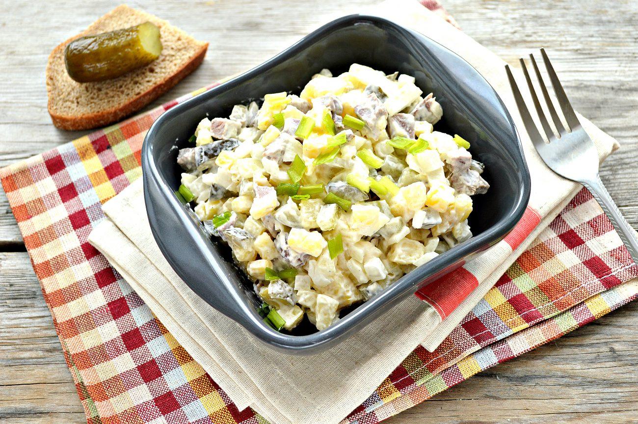 Мясной салат с картофелем и солеными огурцами