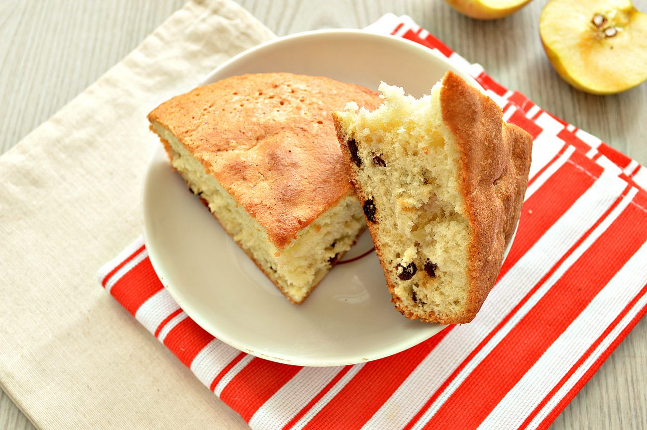 Быстрый яблочный пирог с изюмом